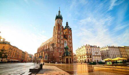 St.-Marys-Basilica-on-the-Krakow-Main-Square-Rynek-Glowny-during-the-sunrise-Poland